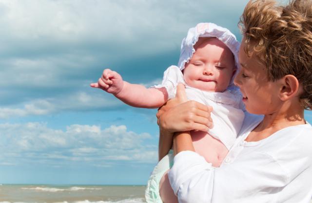 Как защитить новорожденного ребенка от перегрева летом?