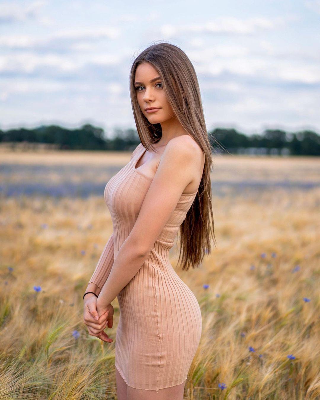 Emilia-Bte-Wallpapers-Insta-Fit-Bio-17