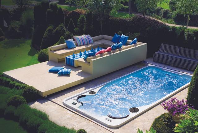 бассейн у загородного дома