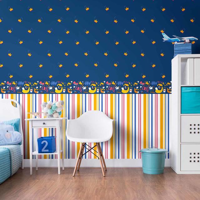 синие и полосатые обои в детской комнате