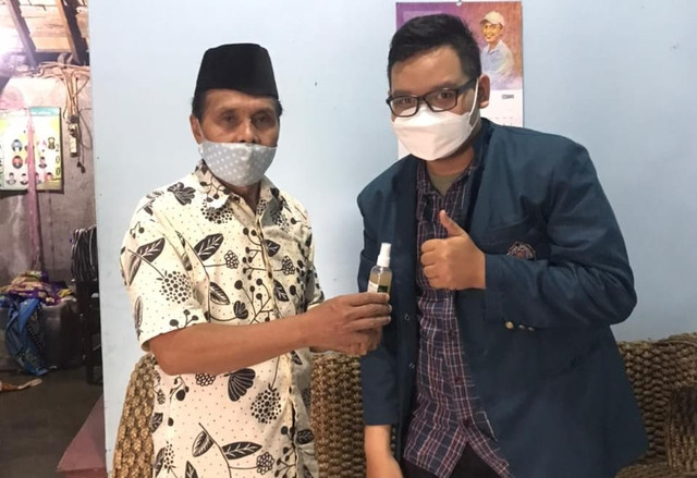 Pembagian hand sanitizer kepada Ketua RT