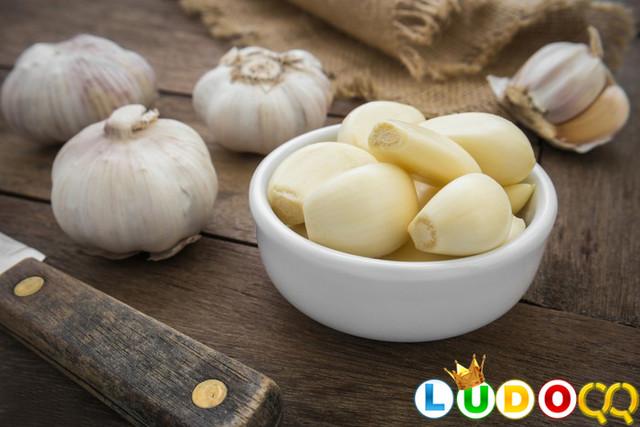 7 Manfaat Makan Bawang Putih Mentah, Bisa Bikin Turun Berat Badan Lho