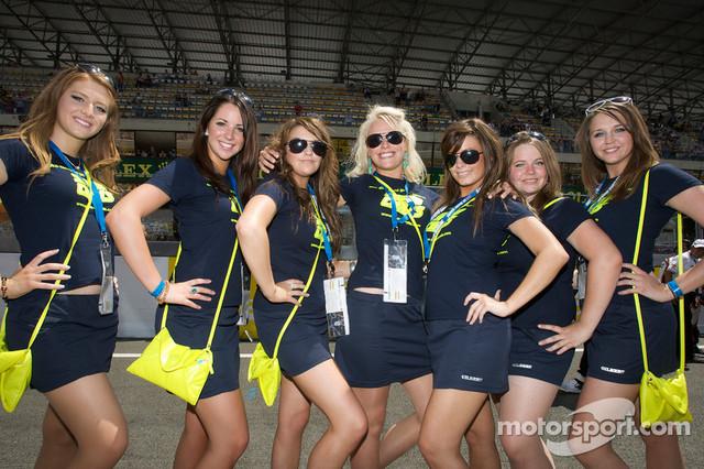 13-06-2009-Le-Mans-France-Girls-on-the-starting-grid
