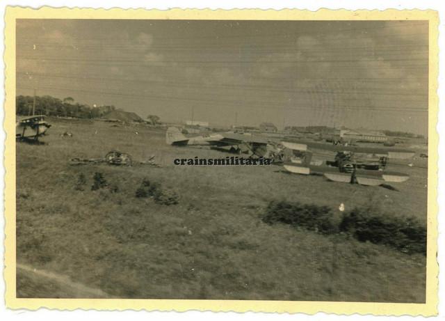 Orig-Foto-russische-Beute-Flugzeug-am-Flugplatz-in-1
