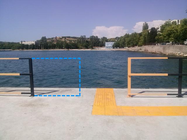 Синим пунктиром показаны границы удалённого фрагмента ограждения