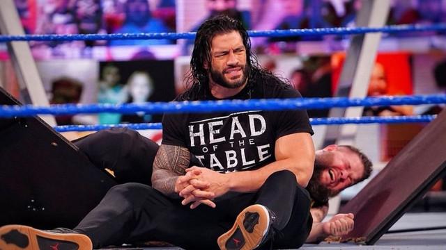Roman Reigns y Jey Uso atacan a Kevin Owens con mesas sillas y escaleras