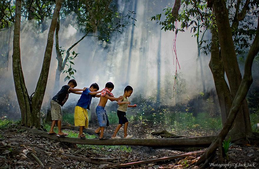 32 фотографии радостных моментов детства из разных стран-53
