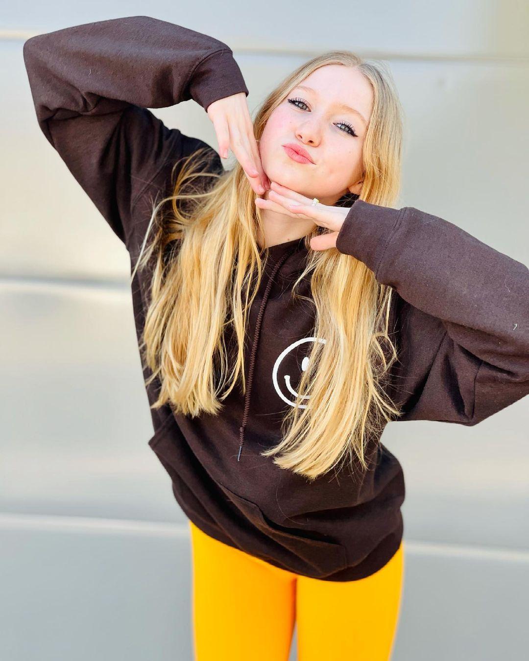 Abigail-Zoe-Lewis-Wallpapers-Insta-Fit-Bio-3