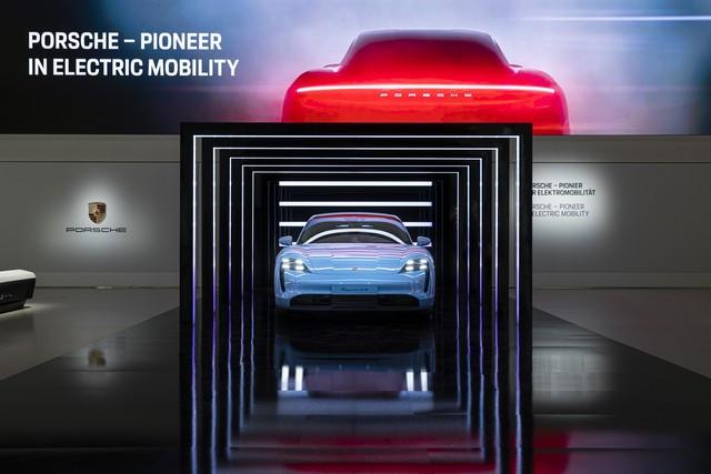 Porsche inaugure l'exposition « Porsche - Pionnier de la mobilité électrique» à Berlin  S20-3099-fine