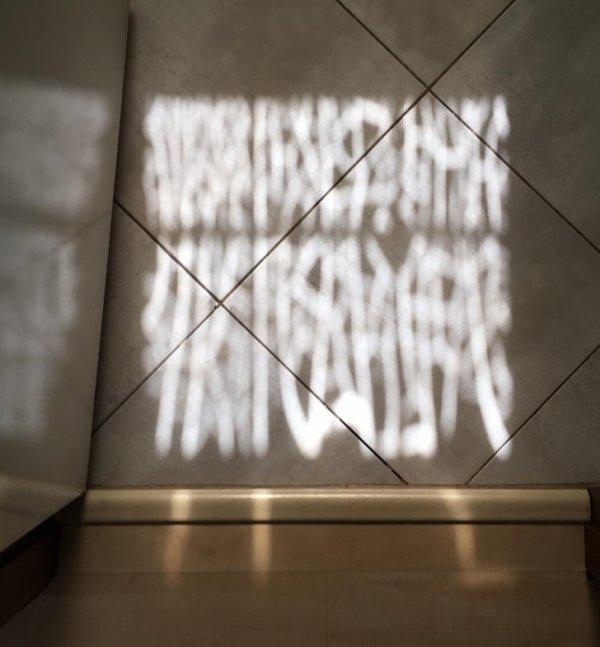 """Тени от растрескавшегося оконного стекла выглядят как """"загадочное послание"""""""