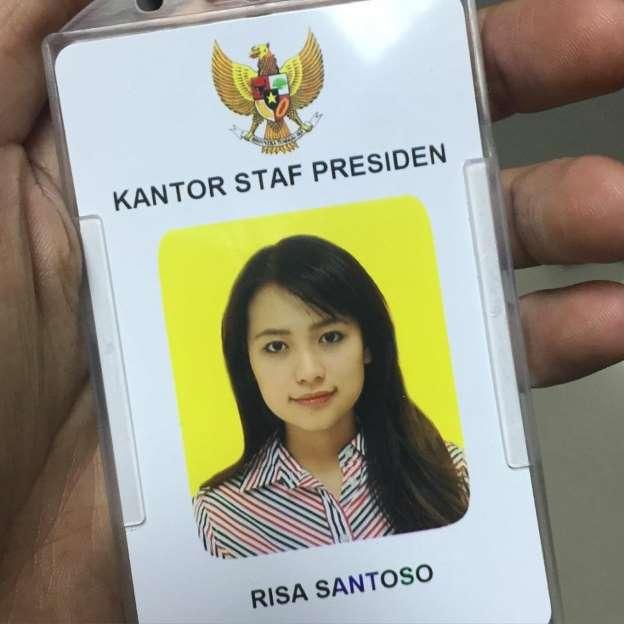 https://i.ibb.co/h97CGZN/foto-risa-santoso-bekerja-di-kantor-staf-presiden.jpg