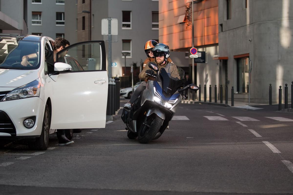 moto-maniobra-frenada-puerta-abierta-coche