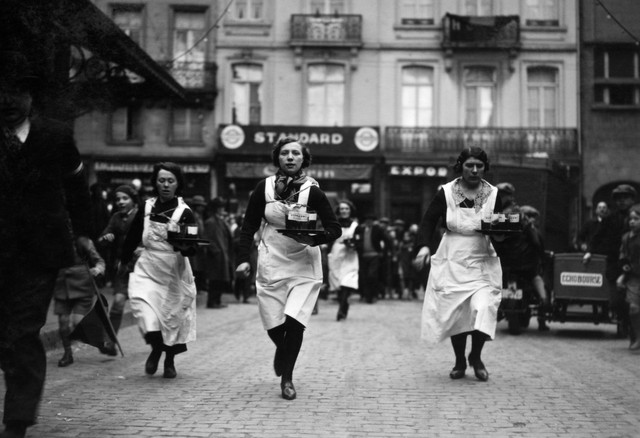 Race-of-waiters-and-waitresses-in-Brussels-2