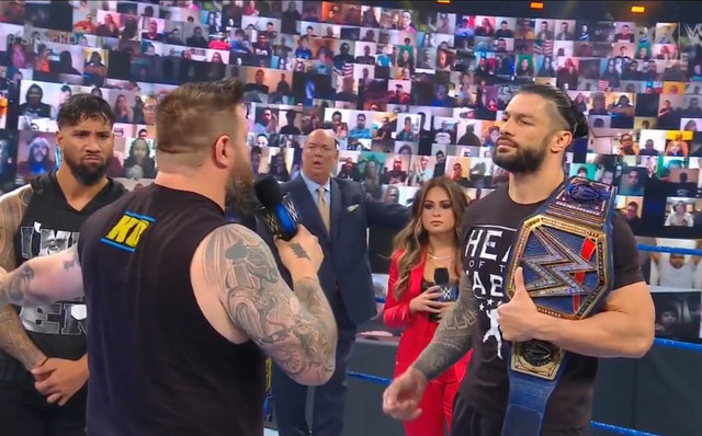 Kevin Owens reta a Roman Reigns en TLC