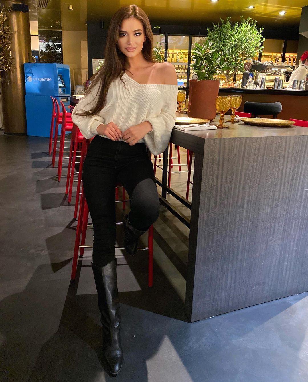 Christina-Alb-Wallpapers-Insta-Fit-Bio-4
