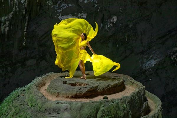 Hoa-hau-HHen-Nie-Dress-by-Le-Thanh-Hoa-2-1600x1200.jpg