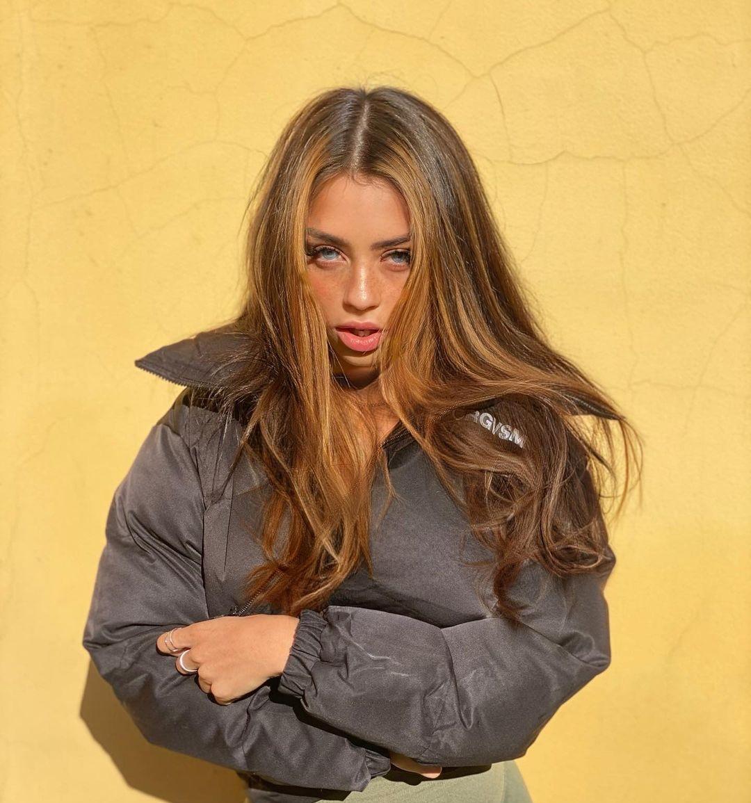 Christina-Bertevello-Wallpapers-Insta-Fit-Bio-16