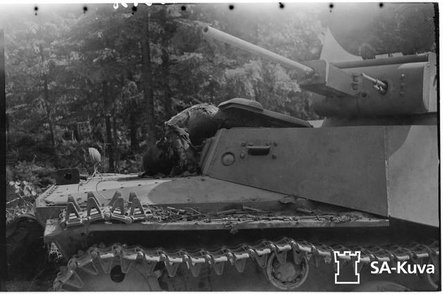 Vihollisen-panssarivaununkuljettaja-on-kuollut-palaneen-vaununsa-luukulle