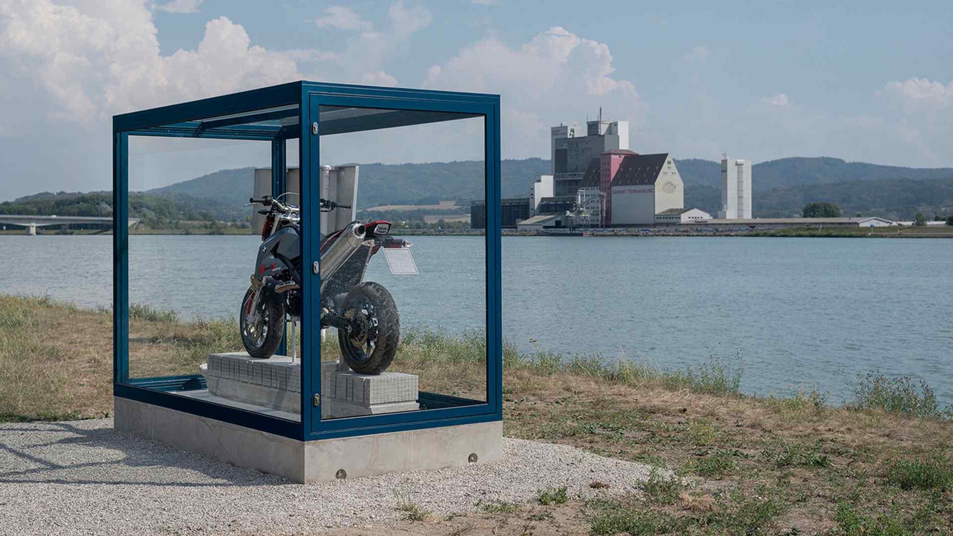 bmw-g650x-art-installation-5