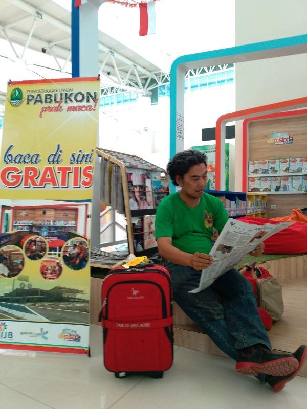 oke-2-Rehat-menunggu-take-off-ke-Banjarbaru-sambil-menikmati-fasilitas-Perpustakaan-di-Bandara-Kertajati-Majalengka