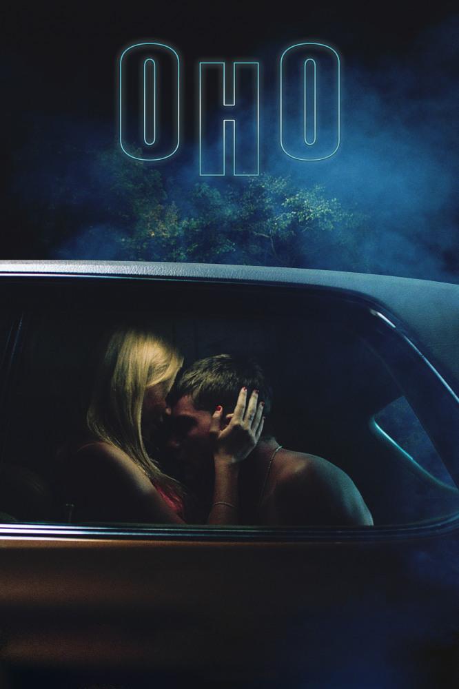 Смотреть Оно / It Follows Онлайн бесплатно - После сексуальной связи 19-летнюю девушку по имени Джей начинают мучать странные видения...