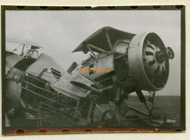 Orig-Foto-Soldat-bei-Russ-zerst-rte-Flugzeug-am