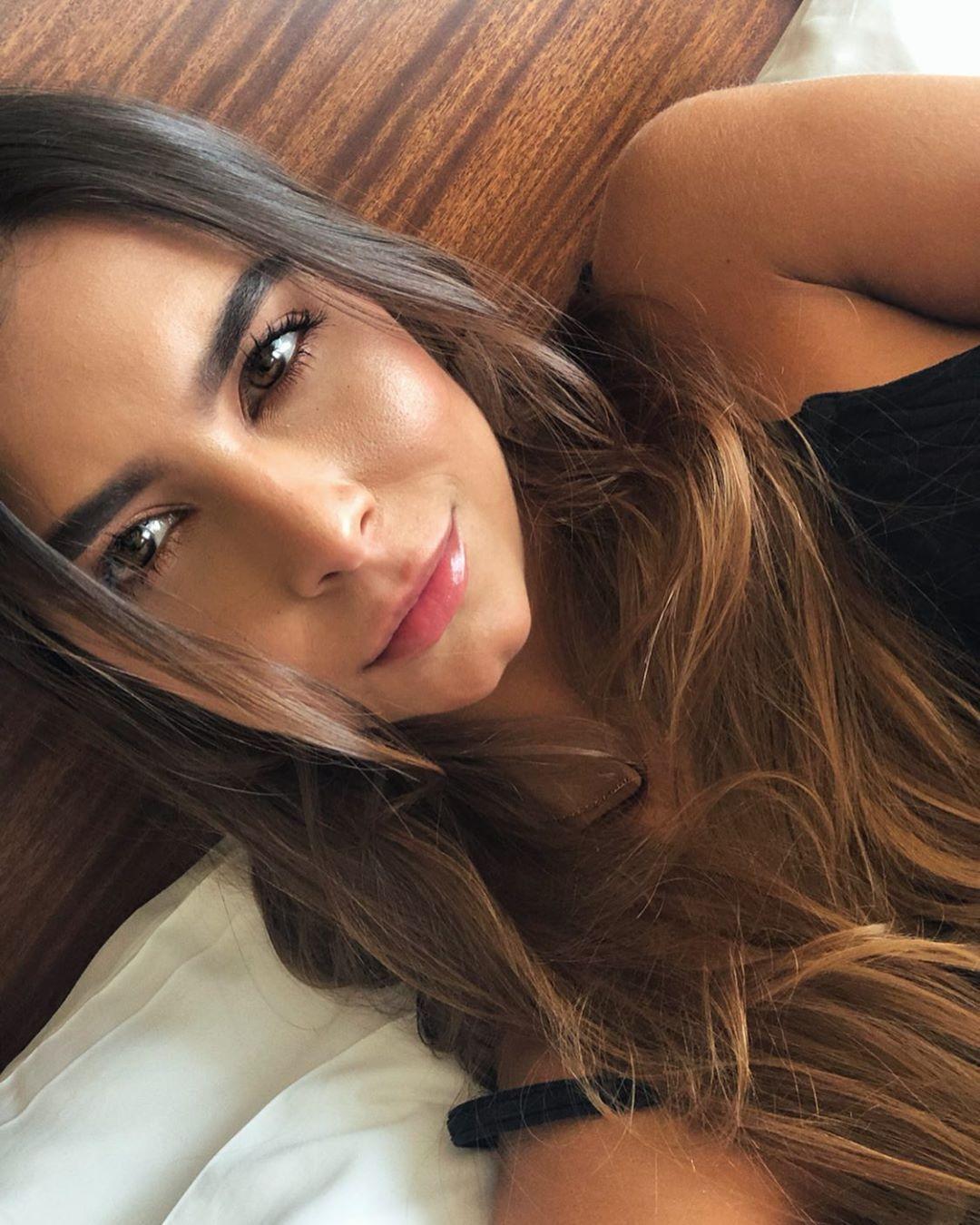 Daniela-Medina-Wallpapers-Insta-FIt-Bio-2