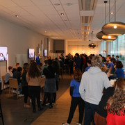 de leerlingen staan rond tafeltjes in een zaal bij Nokia