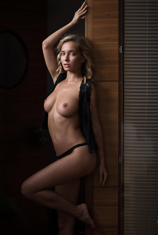Сексуальная Наталья Андреева голая позирует в немецком Penthouse Loft Studio / фото 06