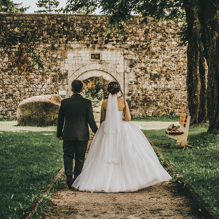 Mirnes and Edina walking towards castle