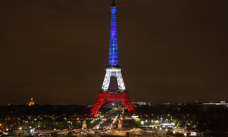 Paris-Frana-A-Torre-Eiffel-foi-iluminada-com-as-cores-azul-branco-e-vermelho-da-bandeira-francesa-Di
