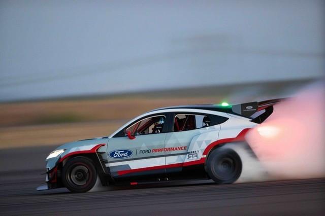 Ford Performance et RTR dévoilent un prototype 100% électrique, la Mustang Mach-E 1400, pour un nouvel art du drift 1596193252015