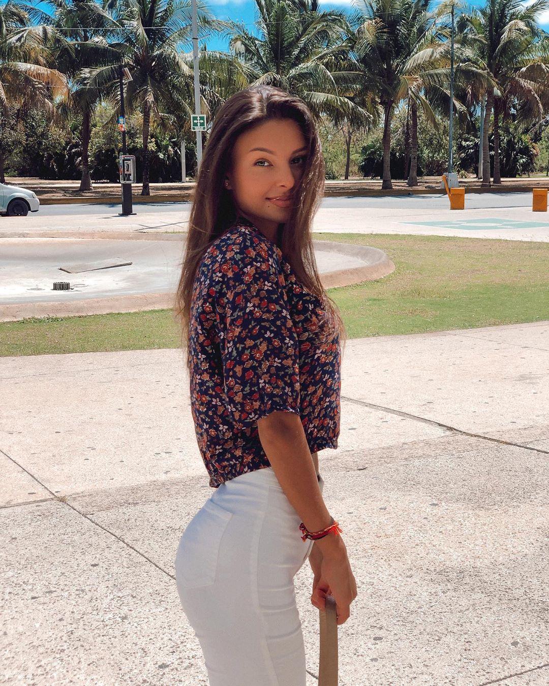 Alina-Brady-Wallpapers-Insta-Biography-7