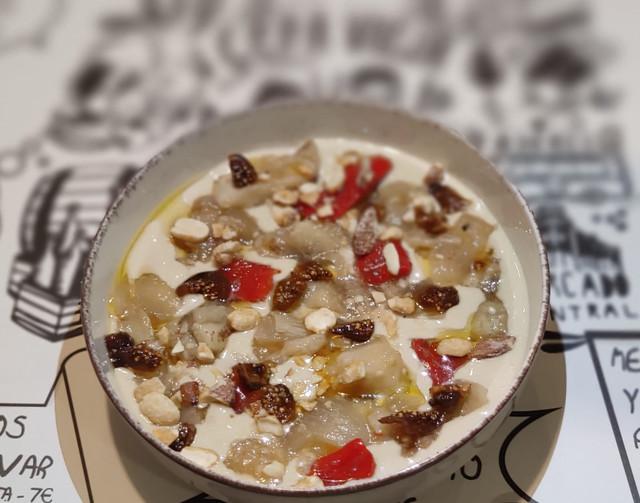 Escalibada a la brasa sobre crema de berenjena al café, con higos secos y frutos secos ahumados