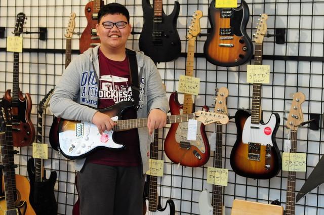 Khách hàng mua đàn guitar Squier tại ChoiGuitar