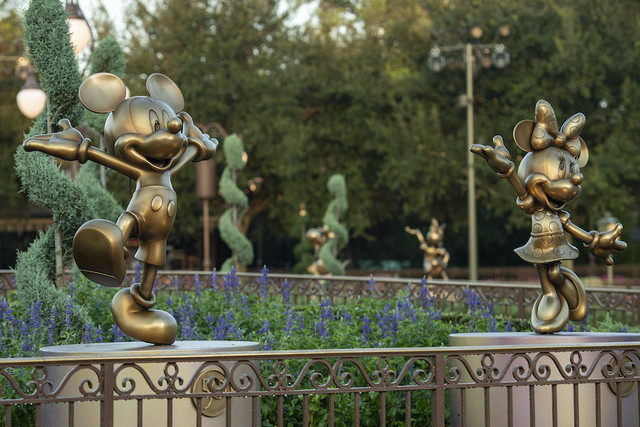 50 ans WDW : le point et le bilan - Page 6 Mickey-Mouse-and-Minnie-Mouse-are-two-of-the-Disney-Fab-50-golden-character-sculptures-appearing-in