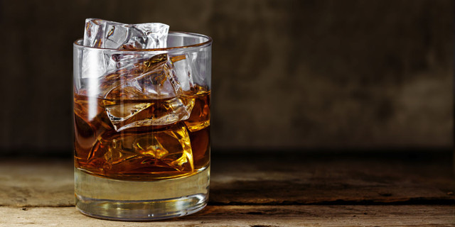 Vaso-de-whisky-on-the-rocks