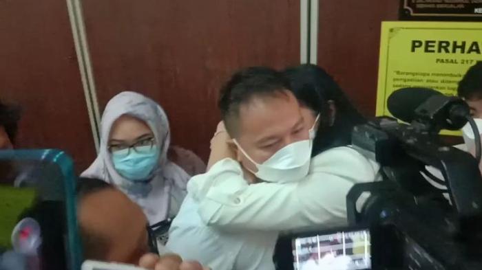 Terdakwa Vicky Prasetyo memeluk istrinya, Kalina Ocktaranny, usai mendengar vonis sidang di Pengadilan Negeri (PN) Jakarta Selatan, Kamis, (9/9/2021).