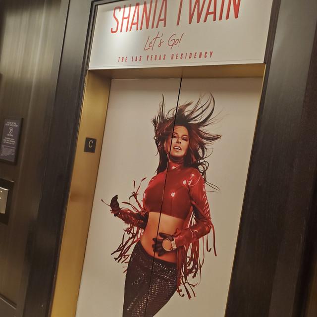 shania-vegas-letsgo-planethollywood-elevator1