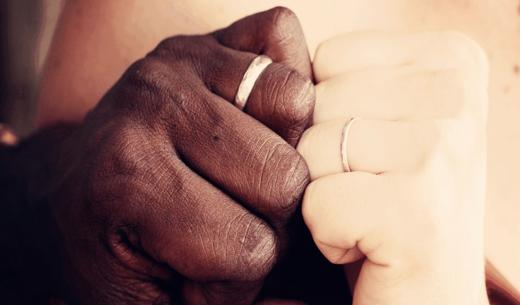 Interracial Couple Dating Site With Two Finger