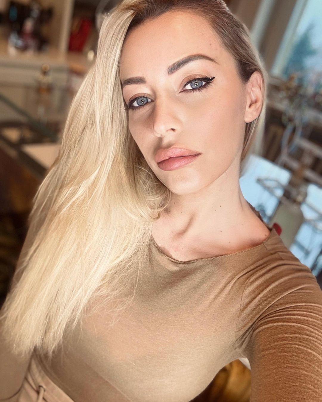 Karina-Cascella-Wallpapers-Insta-Fit-Bio-5