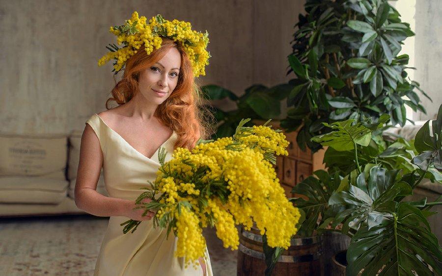 99px-ru-wallpaper-255220-devushka-v-venke-i-s-buketom-mimozi-fotograf