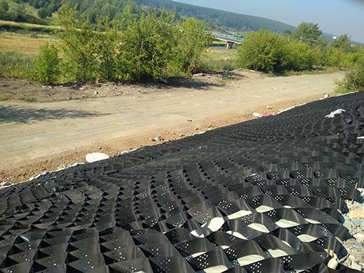 Полимерная сетка с объемной структурой, которая позволяет укрепить склоны от разрушений