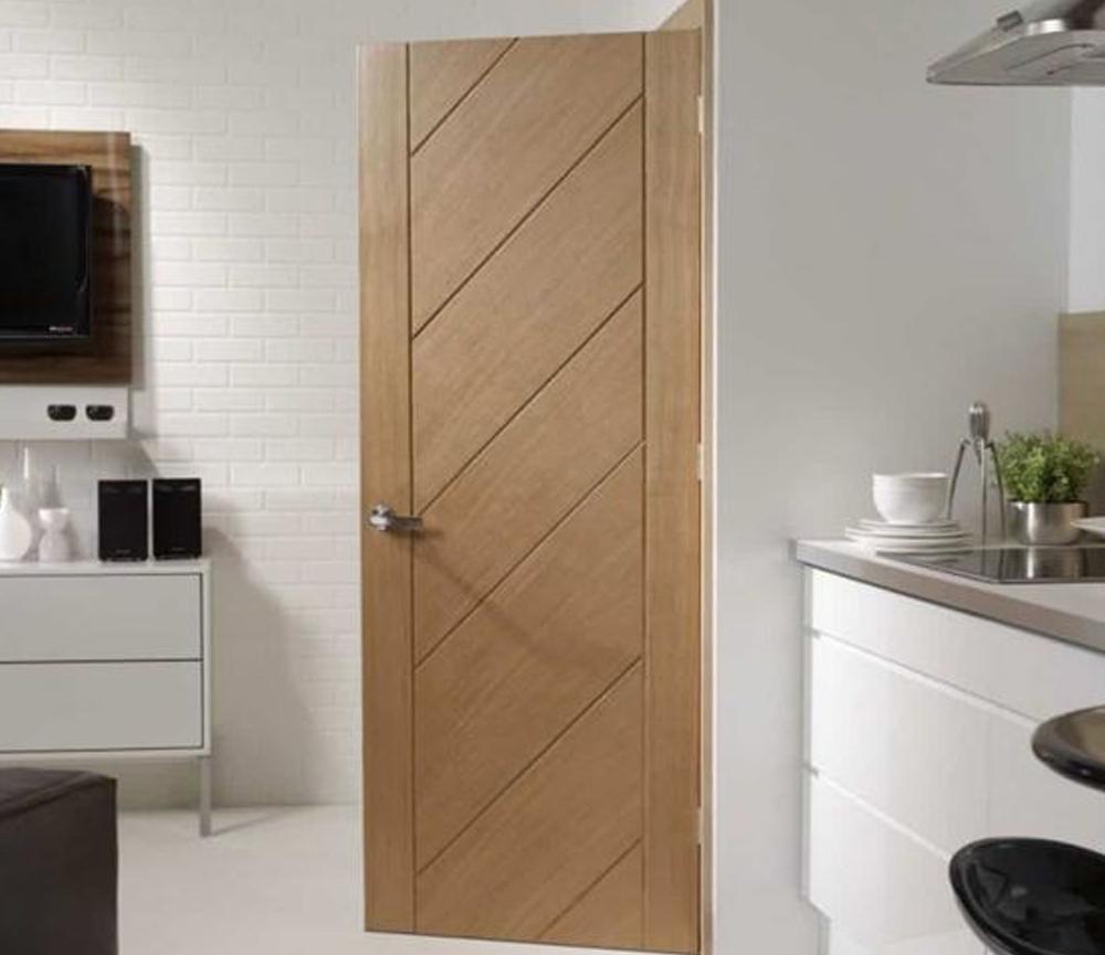 Desain Pintu Kayu dengan Aksen Garis