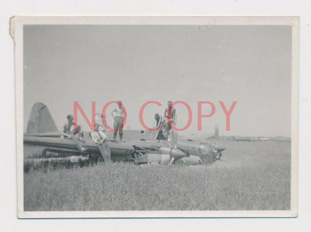 Foto-WK2-Soldaten-halbnackt-auf-abgeschossenen-Flugzeug-Bomber