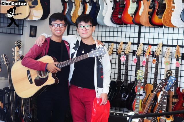 Khách hàng mua đàn guitar thùng Cort tại ChoiGuitar