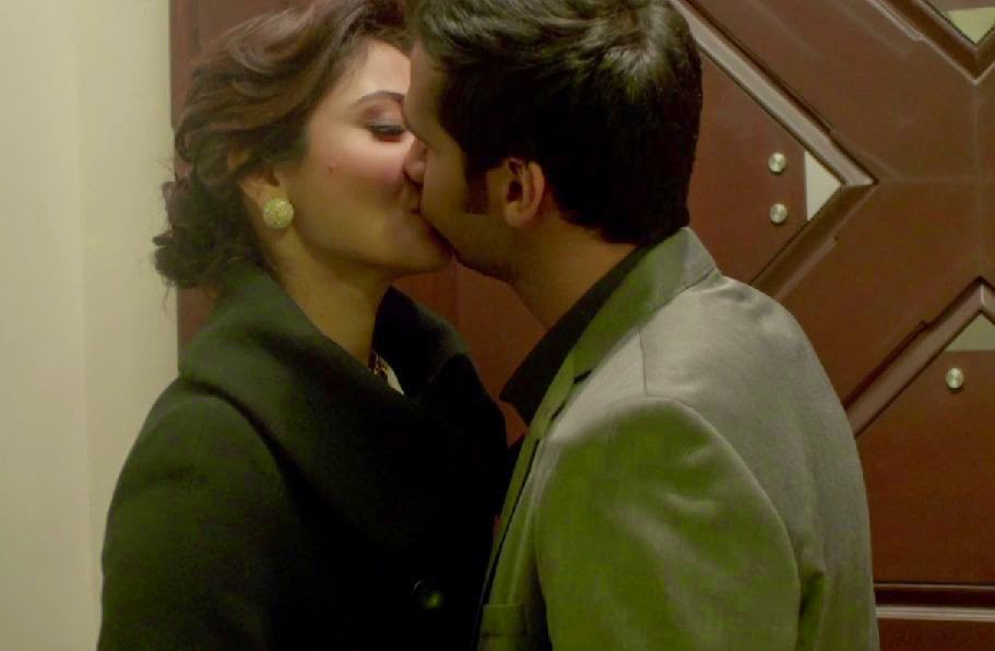 [Image: Anushka-Sharma-Kiss-Scene-Swimsuit-Still...otos-1.jpg]