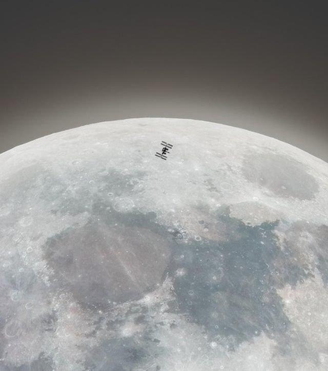 Маленький МКС на фоне Луны