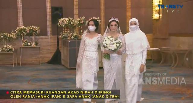Citra Monica didampingi putri kandung dan putri sambungnya dari Ifan Seventeen