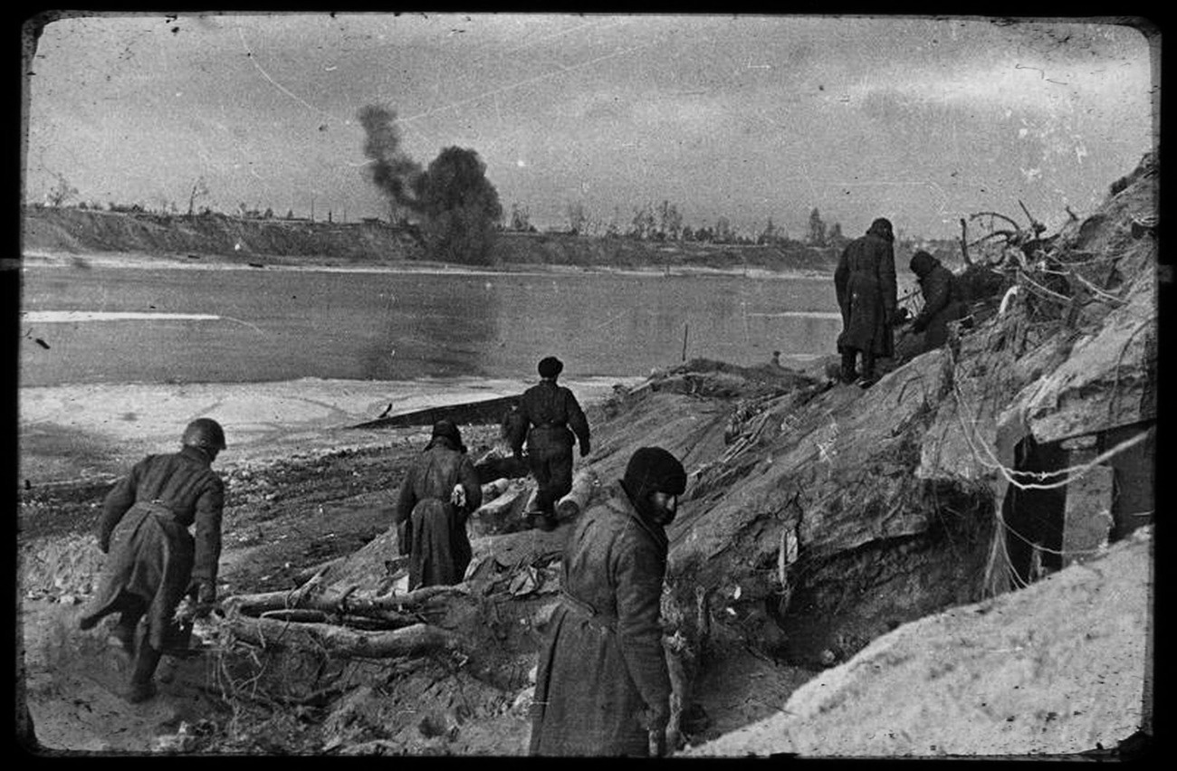 Battle for Nevsky Pyatachok. Soviet soldiers. Photo by Vsevolod Tarasevich